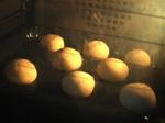 オーブンの中で色付き始めるパン